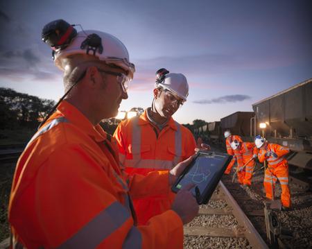 Trabajadores del ferrocarril que usan la computadora LANG_EVOIMAGES