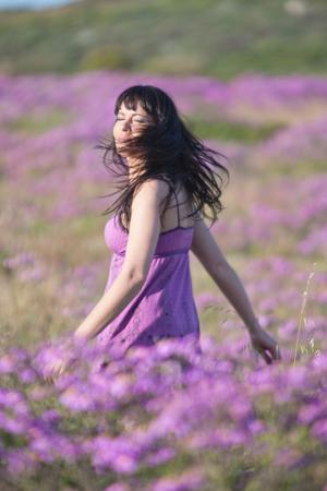 pelo castaño claro: Mujer, ambulante, campo, flores