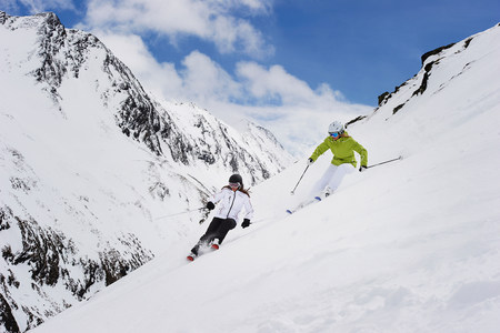 getting out: Two women skiing LANG_EVOIMAGES
