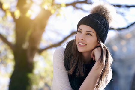 Woman wearing knitted hat outdoors LANG_EVOIMAGES