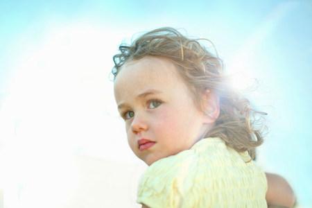 off shoulder: Little girl in sunlight LANG_EVOIMAGES