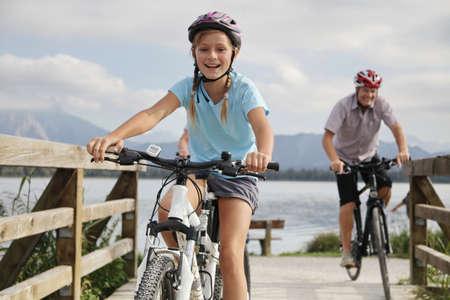 Padre e hija andar en bicicleta