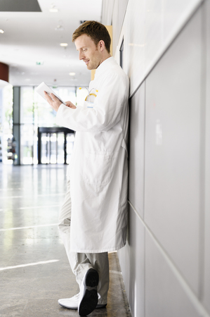 power operated: Doctor using tablet computer LANG_EVOIMAGES