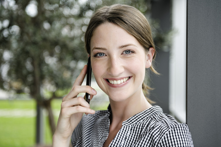 reconocimientos: De negocios hablando por teléfono celular