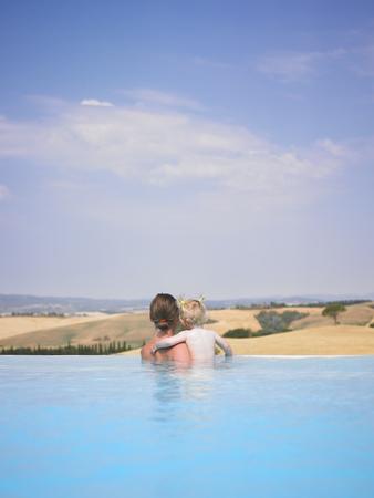 curare teneramente: Madre e figlia in piscina