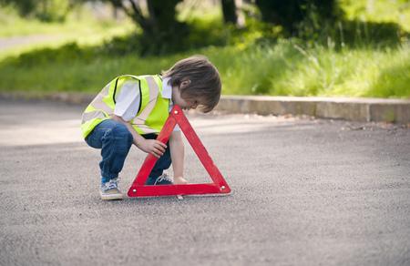 agachado: Niño, juego, tráfico, trabajador, rural, camino LANG_EVOIMAGES