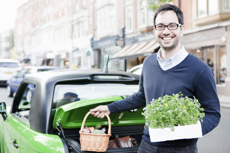 Man loading produce into car LANG_EVOIMAGES