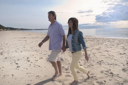 curare teneramente: Coppia mani sulla holding della spiaggia LANG_EVOIMAGES