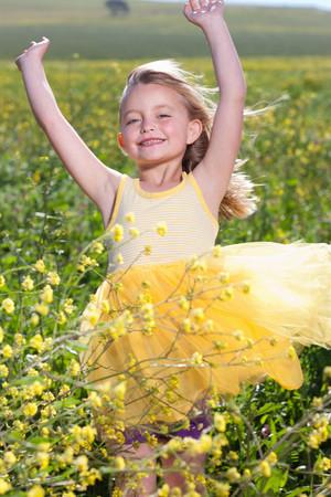 potěšen: Usmívající se dívka hraje v poli květin