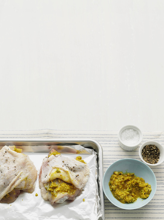 egglayer: Chickens with marinade on tray LANG_EVOIMAGES
