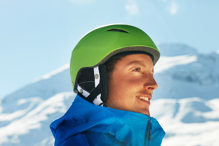 Portrait of a young male snowboarder LANG_EVOIMAGES