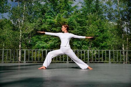 Mujer practicar yoga al aire libre