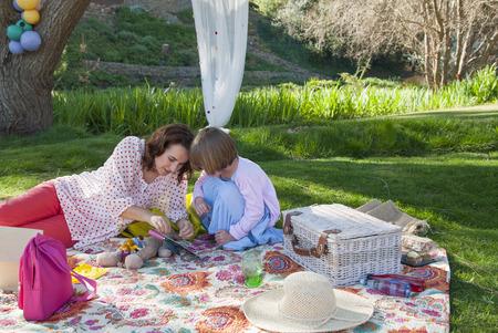 agachado: Madre, hija, teniendo, picnic
