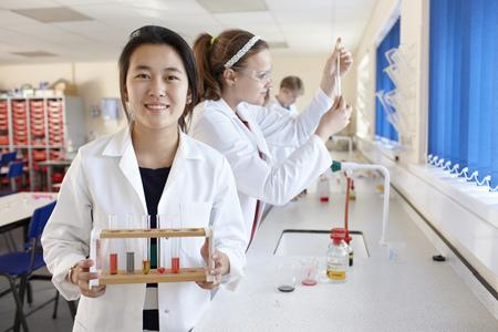spolužák: Studenti pracující v laboratoři chemie