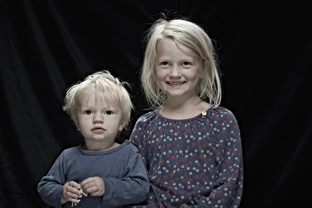 untidy: Children posing together indoors LANG_EVOIMAGES