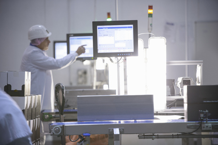 weighs: Workers weighing product in factory LANG_EVOIMAGES