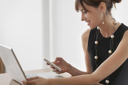 reconocimientos: Empresaria que usa el teléfono celular en el escritorio