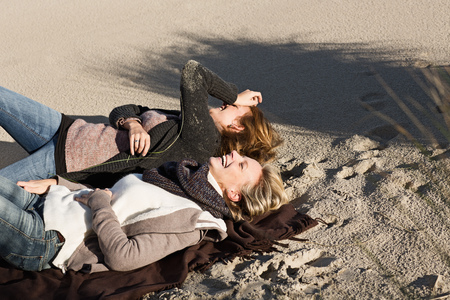 hilarious: Women laughing on beach LANG_EVOIMAGES