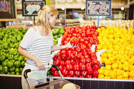 resolved: Woman shopping in grocery store LANG_EVOIMAGES