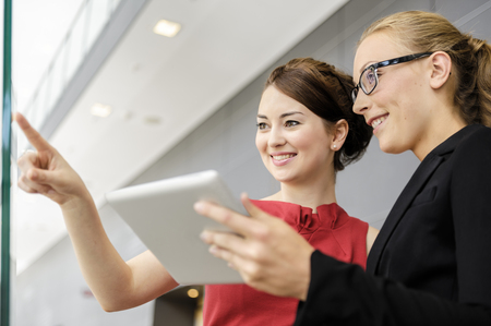 personas reunidas: Empresarias, tenencia, tableta, computadora
