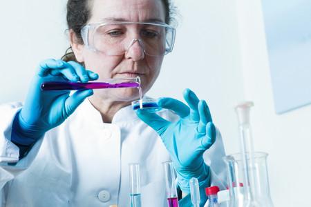 adds: Scientist pouring liquid into petri dish LANG_EVOIMAGES