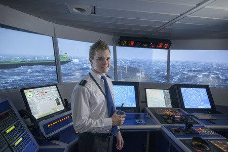 通信: Personnel standing on ships bridge