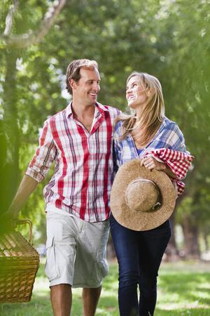 curare teneramente: Coppie con il cestino di picnic in sosta