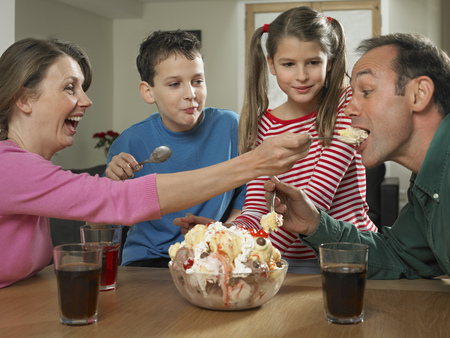 shared sharing: Family eating ice cream together LANG_EVOIMAGES
