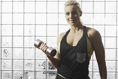 kettle bell: Woman lifting weights in gym