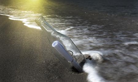 通信: Message in bottle washed up on beach LANG_EVOIMAGES