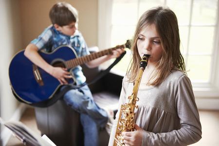 Niños jugando música juntos