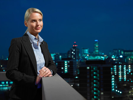 通信: Smart lady in corporate environment overlooking the city LANG_EVOIMAGES