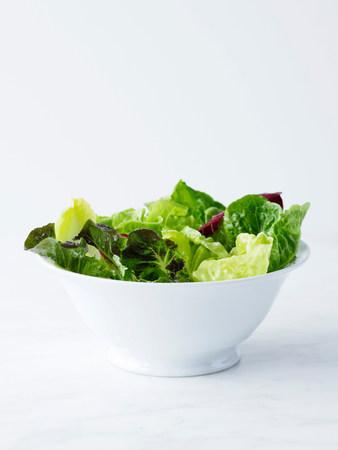generosidad: Mixed salad leaves in white bowl