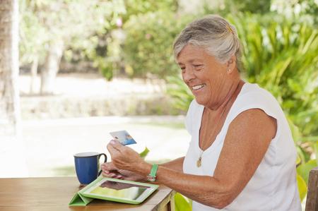 remuneraciÓn: Compras de mujer mayor en línea