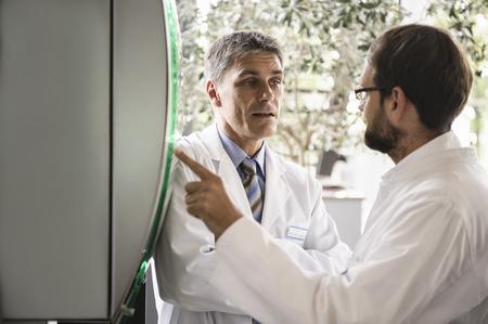 通信: Doctors using glass panel LANG_EVOIMAGES
