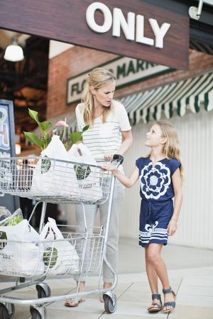 通信: Mother and daughter with groceries