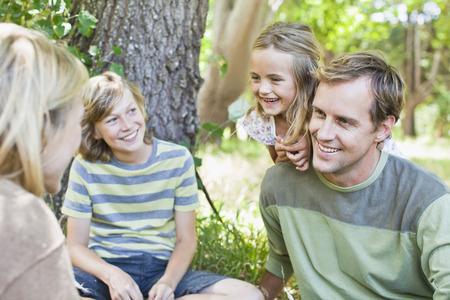 通信: Family relaxing together in park