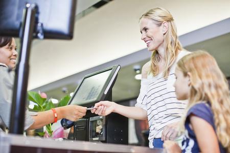 remuneraciÓn: Madre e hija en el supermercado