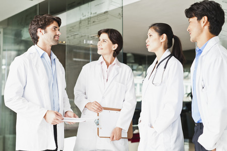 conferring: Doctors talking in hallway LANG_EVOIMAGES