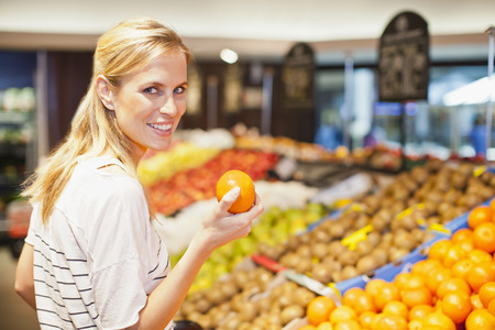resolving: Woman shopping in grocery store LANG_EVOIMAGES