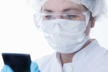 通信: Doctor in face mask using tablet computer LANG_EVOIMAGES