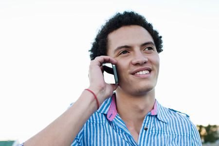 通信: Young man on cellphone