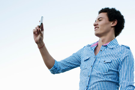 narcissist: Young man taking a picture of himself LANG_EVOIMAGES