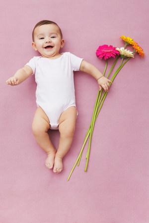 Baby Mädchen mit Gerbera Blumen