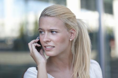 reconocimientos: Mujer que habla en el teléfono celular en la calle