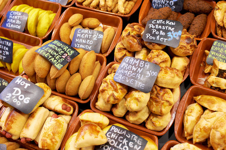 buen vivir: Elección de pasteles en venta en Boqueria Market, Barcelona, ??España LANG_EVOIMAGES