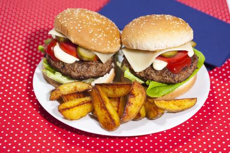 carnes y verduras: Plato de hamburguesas y patatas