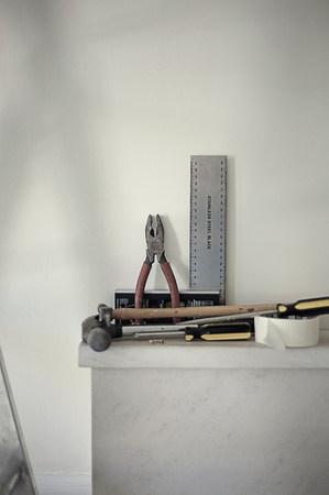 Werkzeuge am Kamin des neuen Hauses