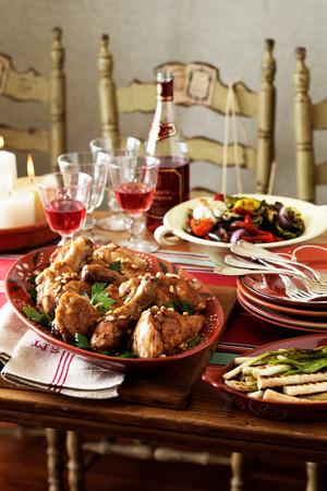 generosa: Mesa española con comida tradicional