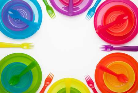 mladistvý: Colourful plastic plates,cups,bowls,spoons and forks